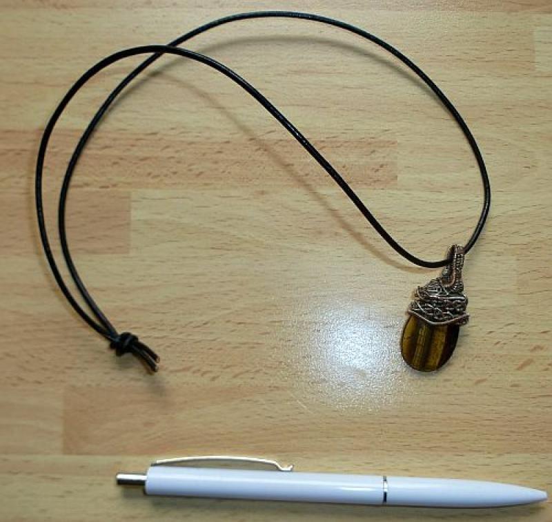 Tigerauge-Anhänger mit filigraner Silberfassung u. Lederband