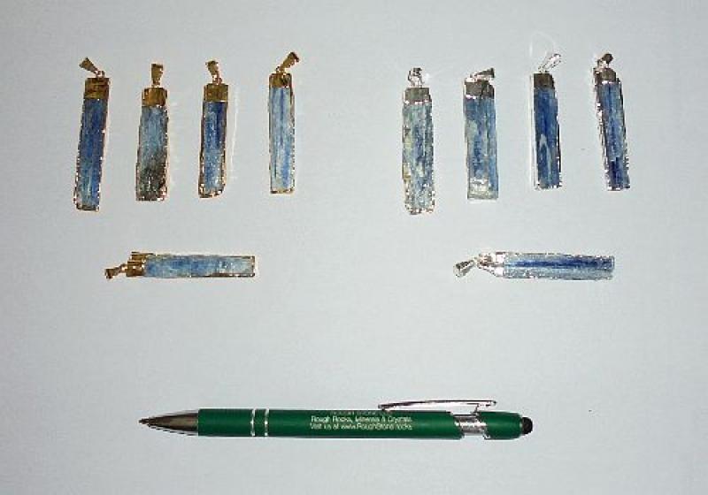 Kyanit Kristall (blau) in Metallfassung (golden) als Anhänger