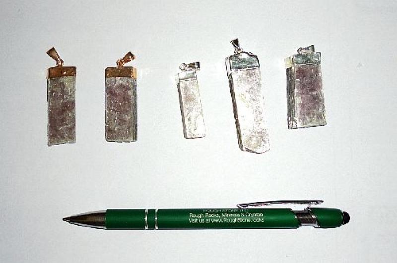 Lepidolit Kristall (violett) in Metallfassung (golden/silbern) als Anhänger, 10 Stück