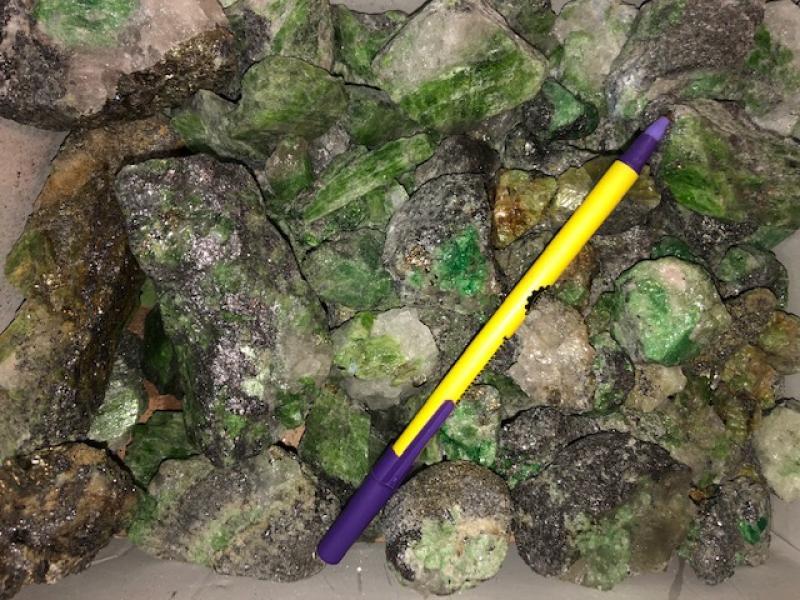 Chrom-Tremolit + Tsavorit, groß, Tansania, 1 kg