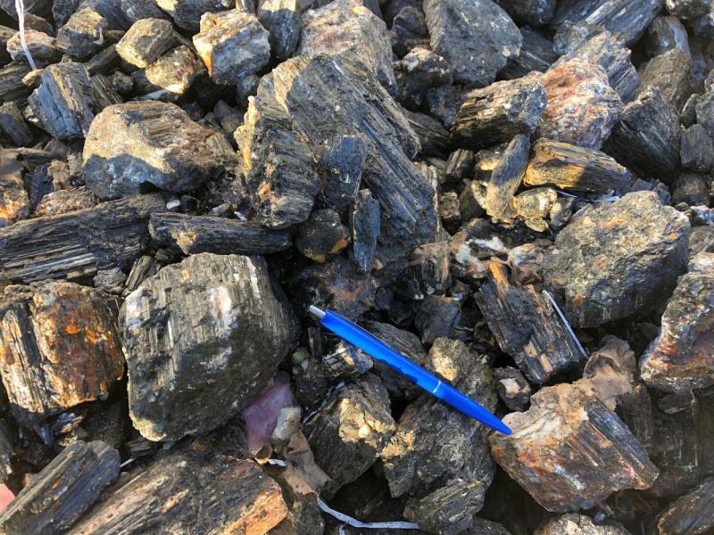 Schörl (schwarzer Turmalin, gestreift) XXL Kristallstücke, Namibia, 100 kg