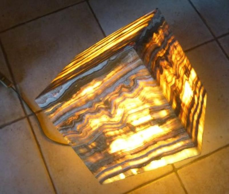 "Aragonite (""Onyx"") lamp, cube 24 cm on the egdes, with electrical installation, 1 piece"